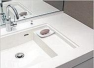 洗面ボウル内に濡れたコップや石けんなどを置けるスペースを設けました。カウンターを綺麗に保て、掃除の手間が省けます。