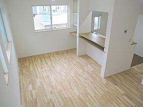 リビングには足ざわりの良い無垢床採用。