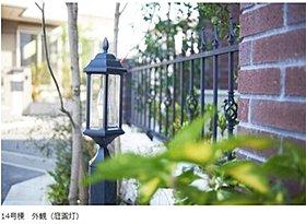 ■アンティークな庭園灯やロートアイアン調のフェンスや手すり