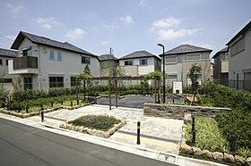 『桜台こかげ緑地』 公園を囲むように分譲地が建っています。