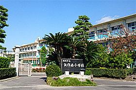 矢作南小学校 (約590m:徒歩8分)