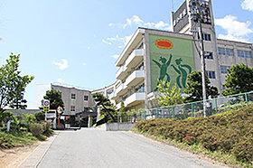・ 泉小学校(約2,260m:徒歩29分)