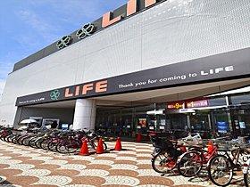 大型スーパーをはじめとして、商店街が近くにあるのも魅力