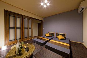 和モダンで床座スタイルの落ち着いた主寝室。