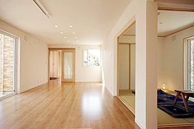 プライベートな庭空間を演出する室内と続くウッドデッキ