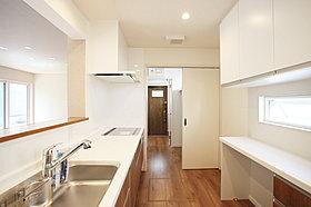 客間やお昼寝などのリラクゼーション空間としても利用できる和室