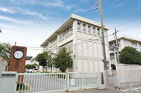 東小学校(現地より徒歩13分・980m)