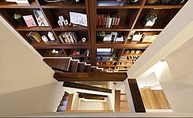 1階から3階までの吹き抜けには大胆な本棚を配置