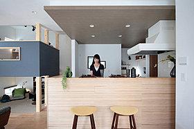 キッチンの対面に杉板を配した木箱のキッチン。