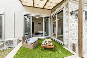 人工芝が心地いい上質な空間。リゾートテラス
