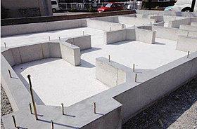 150ミリピッチで鉄筋を組んだ強固なベタ基礎。