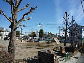 近くの石橋下公園はお子様に人気の遊び場です。
