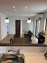 ダイニングに装飾棚があり、無垢の床材がナチュラルな8号棟