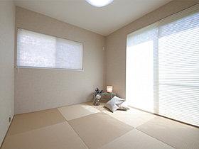 J-room  落ち着いた畳の部屋はゆっくりできる空間です。
