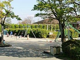 王仁公園(徒歩2分)、市営プールやテニスコート、グラウンド等