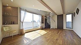 モザイクタイル貼の飾棚や天井梁などインテリア性に富んだ空間