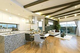 諸戸の家ならではの約2.8m高天井空間が、別格の空間を演出