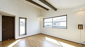 一般既製品より40cm高い室内2.4mフルハイドアの洋室