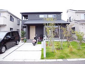 広いお庭と2台分のカースペースを設けました