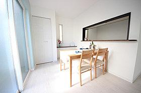 【1号棟】おしゃれなオープン対面キッチン♪食器棚ついてます♪