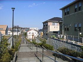 分譲地内の中心に位置する緑道