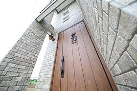 モデルハウス玄関:雰囲気漂う煉瓦調デザインの外壁材を使用