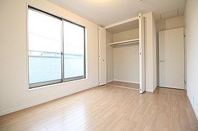充分な広さの収納を備え、採光良好な洋室は、快適空間。