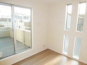 縦長窓は光がよく入るといわれています。居心地のよい空間です。