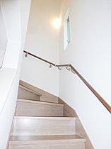 イースタンオーク階段 無垢集成材ならではの重厚感がきわだつ。
