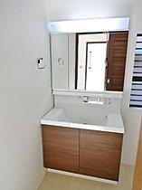 身支度に便利なシャワー付洗面化粧台!