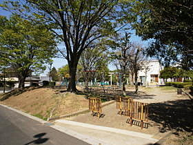 休日はこちらでお子様と遊んで下さい。四ツ久保公園(104m)