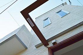 ひさしはスケルトンになっていて、玄関を開放的な造りに。