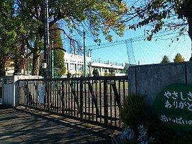 芝山小学校、徒歩3分の距離です。