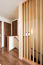 【10号棟LDK】リビングに設置したヒノキの5寸角無垢柱