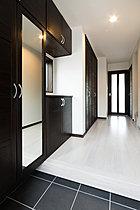 【8号棟】白と黒を基調としたスタイリッシュな色合いを採用