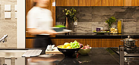 クオーツストーン天板キッチンは2.7mワイドで調理もスムーズ