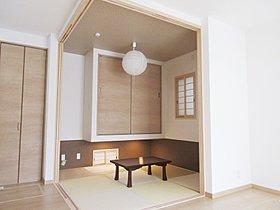 リビングの一角にスタイリッシュな和室を設計
