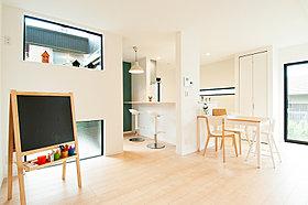 窓が多く陽当たりの良い開放的なリビング