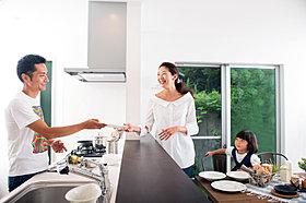 家族の笑顔が見渡せる対面式キッチン