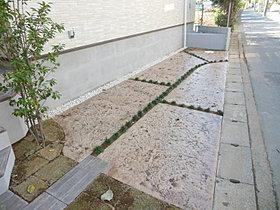 駐車スペースはただの土間打ちではなくカラーコンクリートを採用