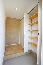 玄関 シューズクロークを完備した多目的に収納できる玄関。