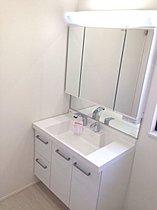 ◆身支度しやすくたっぷり収納の洗面化粧台!※同仕様写真