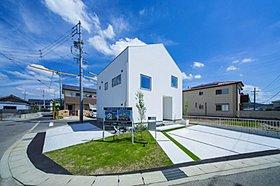 芝生とコンクリートで雰囲気のあるお庭と駐車場です。