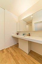 洗面台を白を基調としており清潔感があります。