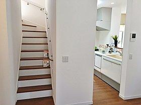 階段は急な勾配にならないように配慮しています。