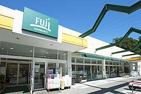 FUJI新井町店 徒歩約7分。食料品から日用品まで揃います。