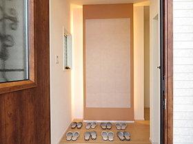 玄関をオシャレに明るく演出する間接照明付。