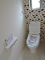 トイレもアクセントクロスでお洒落に。