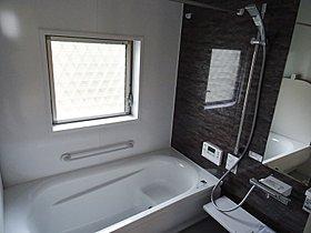 浴槽は1坪以上でゆったり脚を伸ばして入れます。