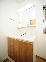 洗面化粧台は収納も便利な三面鏡